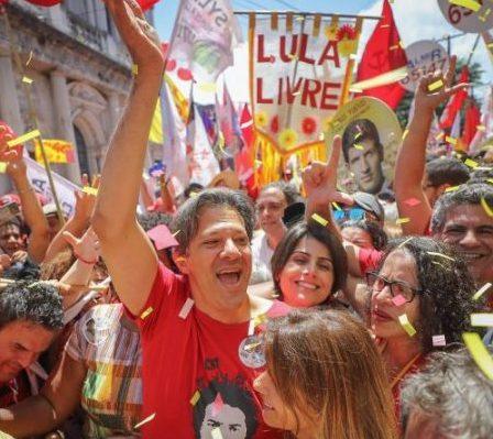 Manuela e Haddad são recebidos por multidão em festa em Pernambuco