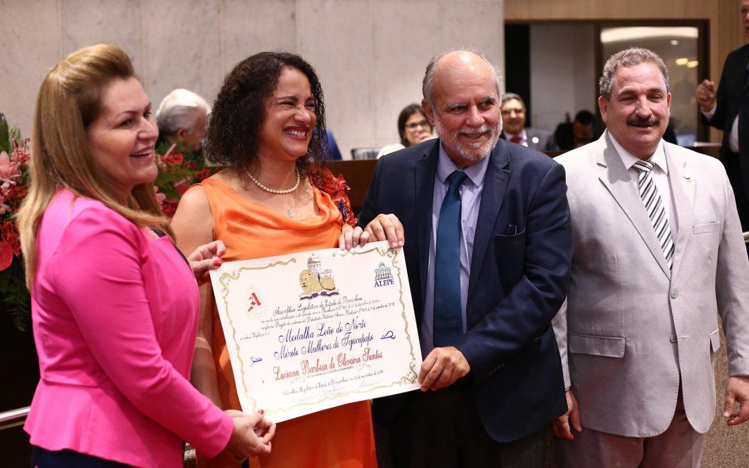 Pernambuco homenageia Luciana e Tereza com Medalha Leão do Norte