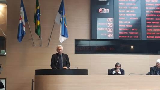 Luciano presta contas em sessão de abertura do ano legislativo no Recife