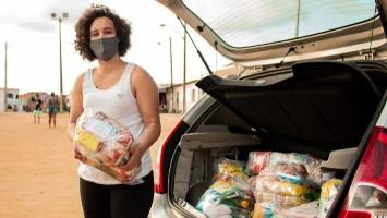 Laleska dos Santos monta rede de solidariedade para ajudar famílias do Alto Santa Terezinha, no Recife